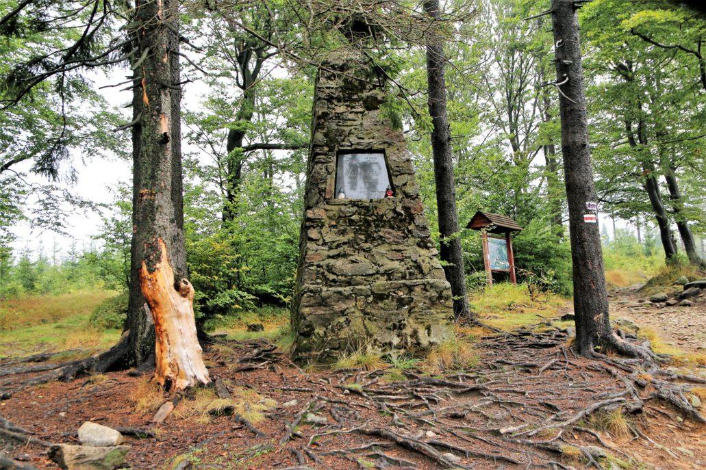 Góry Sowie. Zbocze Sokolicy. Obelisk upamiętniający Carla Wiesena (1834-1897) Fot. Jerzy S. Majewski