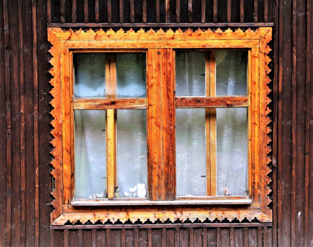 """Góry Sowie. Obramienie okna schroniska """"Sowa"""". Fot. Jerzy S. Majewski"""