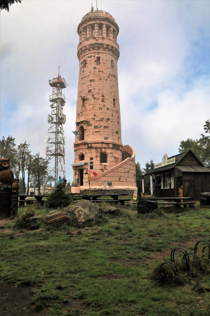 Góry Sowie. Wielka Sowa. Wieża widokowa. W głębi widoczna współczesna wieża przekaźnikowa. Fot. Jerzy S. Majewski