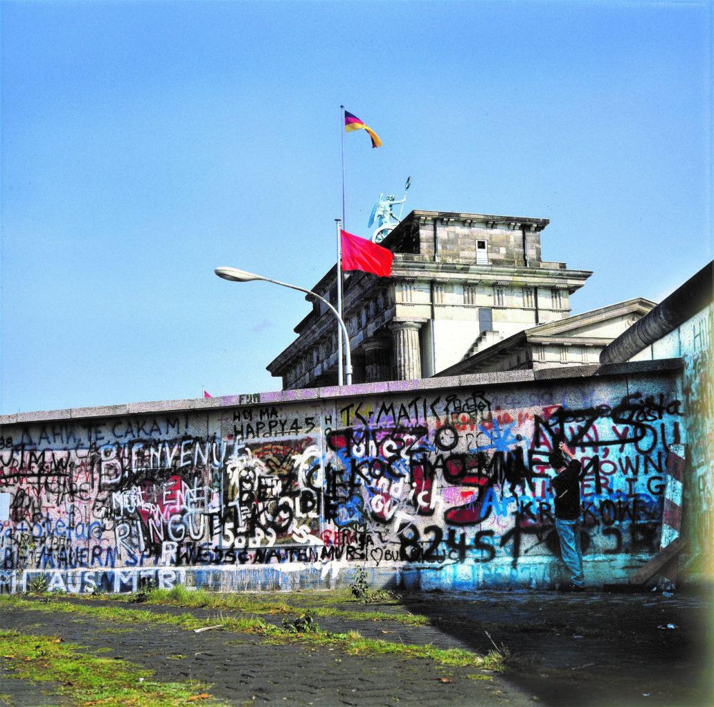 Ustawiłem aparat na statywie, włączyłem samowyzwalacz i stanąłem z puszką przed murem. Tak powstała ta fotografia.