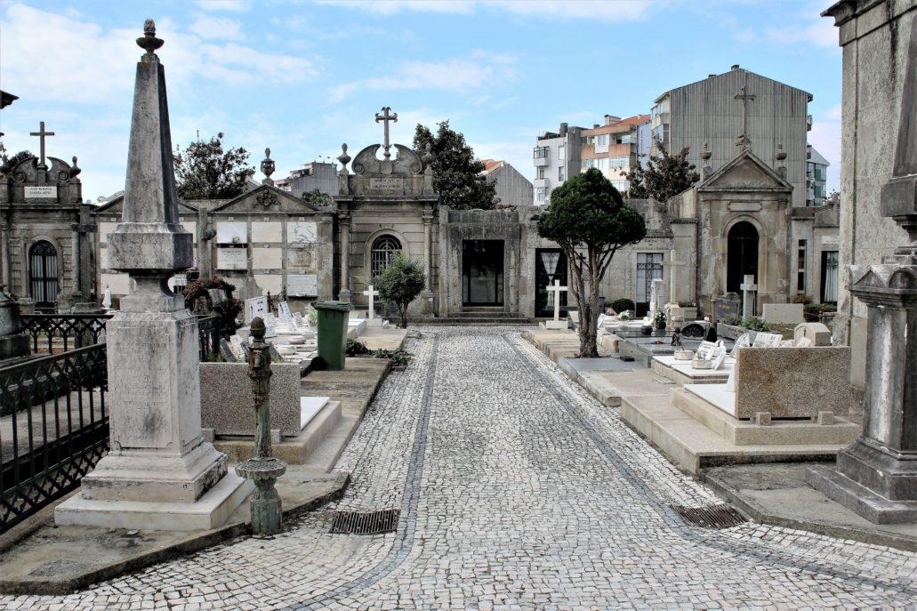 Porto. Cemitério de Agramonte. Cmentarz ze wszystkich stron otacza gęsta zabudowa. Fot. Jerzy S. Majewski