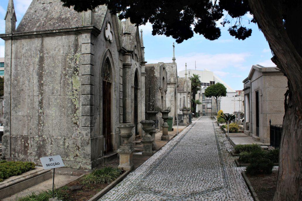 Porto. Cemitério de Agramonte. Jedna z ulic cmentarza z szeregiem kaplic. Fot. Jerzy S. Majewski