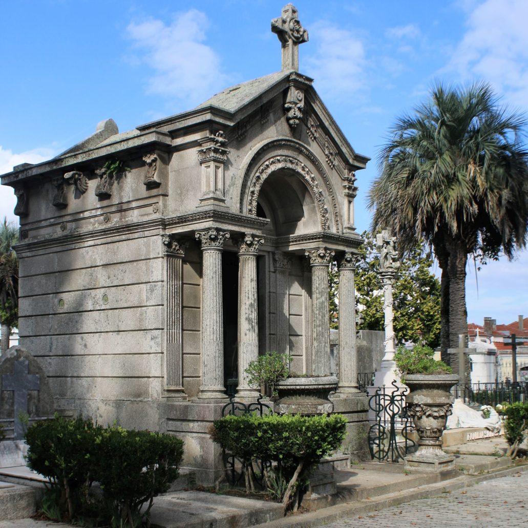 Porto. Cemitério de Agramonte. Jedna z bardzo dekoracyjnych, eklektycznych kaplic. Fot. Jerzy S. Majewski