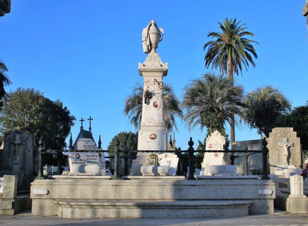 Porto. Cemitério de Agramonte. Obelisk z urną pośród palm. Fot. Jerzy S. Majewski