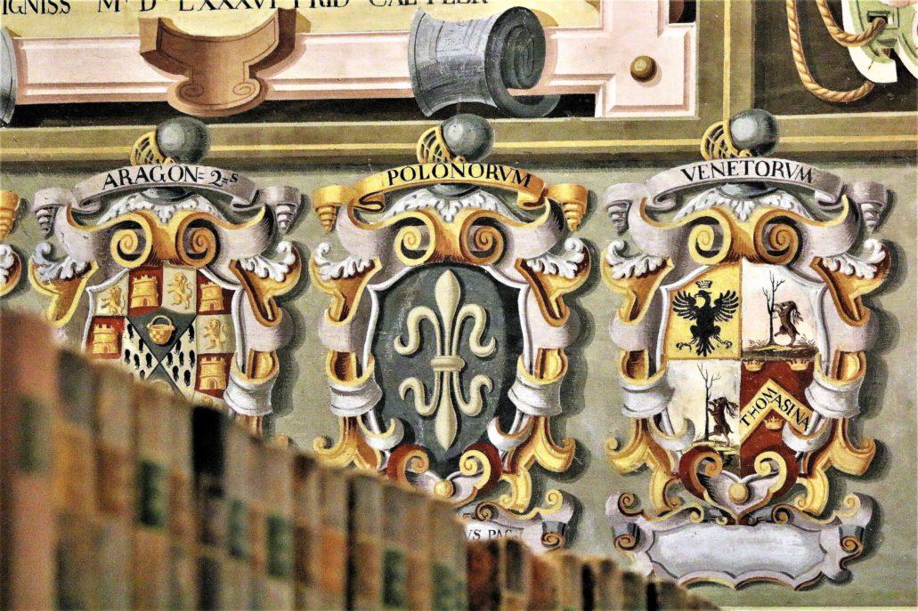 Bolonia. Uniwersytet. Archiginnasio. Wnętrze Sali bibliotecznej (Sala Rusconi). Pośrodku herb Stefana Paca (1587-1640), pisarza wielkiego litewskiego, od 1611 r. starosty brzeskiego, a także w roku 1629, za panowania Zygmunta III Wazy, marszałka sejmu nadzwyczajnego w Warszawie. Stanisław Pac pełnił też urzędy podskarbiego nadwornego i wielkiego litewskiego, nie raz z własnej kasy wypłacając żołd wojsku litewskiemu. Ten litewski magnat i powiernik króla zdobył solidne wykształcenie. Studiował nie tylko w Bolonii, ale też w Padwie i Niemczech. Blisko związany z królem, był katolikiem niechętnym innowiercom. W Wilnie fundował kościoły – św. Teresy oraz klasztor i kościół św. Józefa Karmelitanek. Gdy Zygmunt III zmarł, został elektorem jego syna Władysława IV w czasie elekcji. Dodajmy, że herb ten za błędnym przypuszczeniem Bersohna przypisywany bywa innemu z Paców, Mikołajowi Stefanowi (1623-1684), wojewodzie trockiemu, który z czasem porzuciwszy żonę, za czasów króla Michała Korybuta Wiśniowieckiego przywdział szaty biskupa wileńskiego. W rzeczywistości Mikołaj Pac nie studiował w Bolonii, lecz Wilnie i Ingolsztat. Po bokach od lewej herby Aragończyka i Wenecjanina. Fot. Jerzy S. Majewski