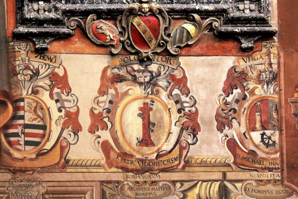 Bolonia. Uniwersytet. Archiginnasio. Herb pochodzącego z Cremony Pietro Vidoniego (1610-1681). Zaskoczył mnie napis u góry Polonorum. Ale Vidoni miał bardzo silny związek z Polską. Ten były słuchacz kilku włoskich uczelni, spokrewniony z kardynałem Girolamo Vidonim, sam dostąpił godności kardynalskiej w roku 1660 za pontyfikatu Aleksandra VII. Do Warszawy przybył 28 maja 1652 r., by przez wiele kolejnych lat pełnić funkcję nuncjusza apostolskiego w Rzeczpospolitej. Działo się to za ostatniego z polskich Wazów, króla Jana Kazimierza. W dobie Potopu w 1656 r. to w jego obecności we Lwowie przez obrazem Matki Boskiej król Jan Kazimierz składał śluby lwowskie. Z Bolonią związał się ponownie po powrocie z Warszawy. Został wówczas legatem papieskim w tym mieście. Z kolei od 1676 r. sprawował urząd kardynała protektora Polski przed Stolicą Apostolską. Fot. Jerzy S. Majewski