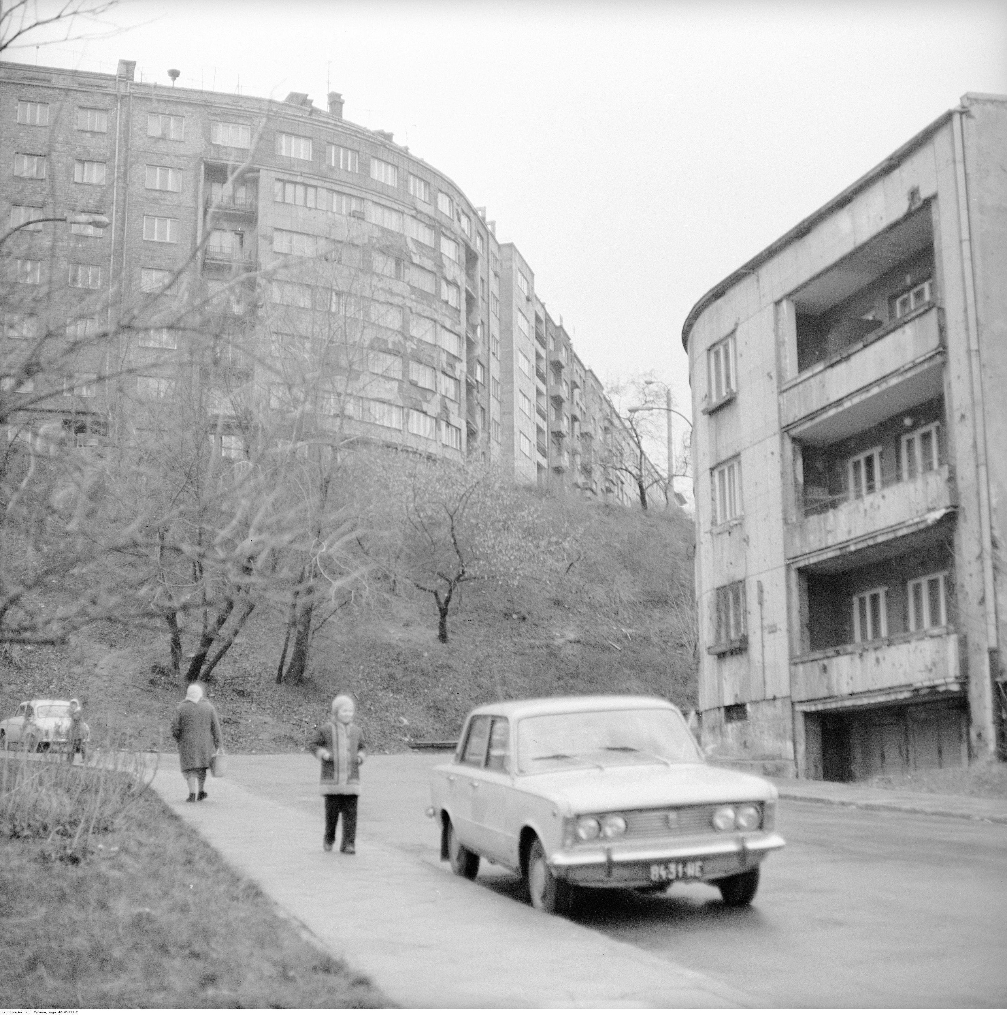 Na wstępie fotografia Grażyny Rutowskiej z 1971 r. ze zbiorów Narodowego Archiwum Cyfrowego z lat 70. XX w. Z prawej kamienica przy Dynasach 8 widoczna od strony Zajęczej.