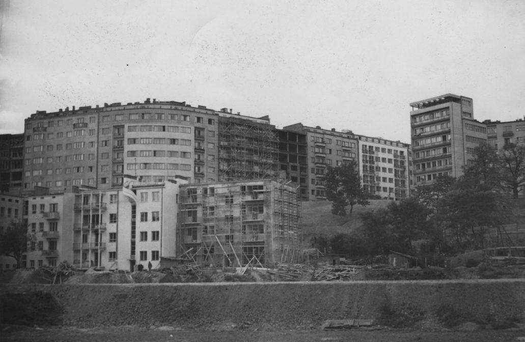 Tak około 1938 wyglądała zabudowa ulicy Bartoszewicza i Al. na Skarpie (u góry) oraz poniżej Dynasów. Zdjęcie zrobione od strony zlikwidowanego toru dla rowerów. Na fotografii widać niewykończoną jeszcze kamienicę przy Dynasach 10 projektu Wacława Wekera (dolny rząd pośrodku zdjęcia, od prawej). Obok z lewej kamienica pod numerem 8 z charakterystycznymi schodami wiodącymi na taras. Fot. Narodowe Archiwum Cyfrowe