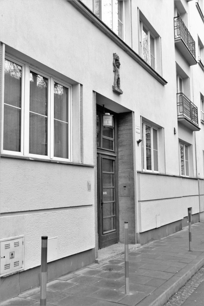 Kraków. Bujwida 1. Fragment przyziemia fasady kamienicy z portalem głównego wejścia. Ponad nim widać płaskorzeźbione godło. Fot. Jerzy S. Majewski