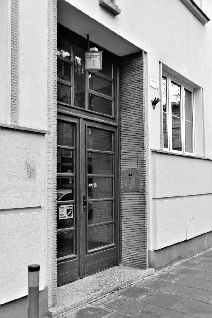 Kraków. Bujwida 1. Portal kamienicy o wysuniętych przed lico muru, rowkowanych ościeżach, starannie wykonanych z tynku szlachetnego. Podobnie wykonane obramienia otoczyły okna budynku, nadając elewacjom wrażenie światłocieniowości. Fot. Jerzy S. Majewski
