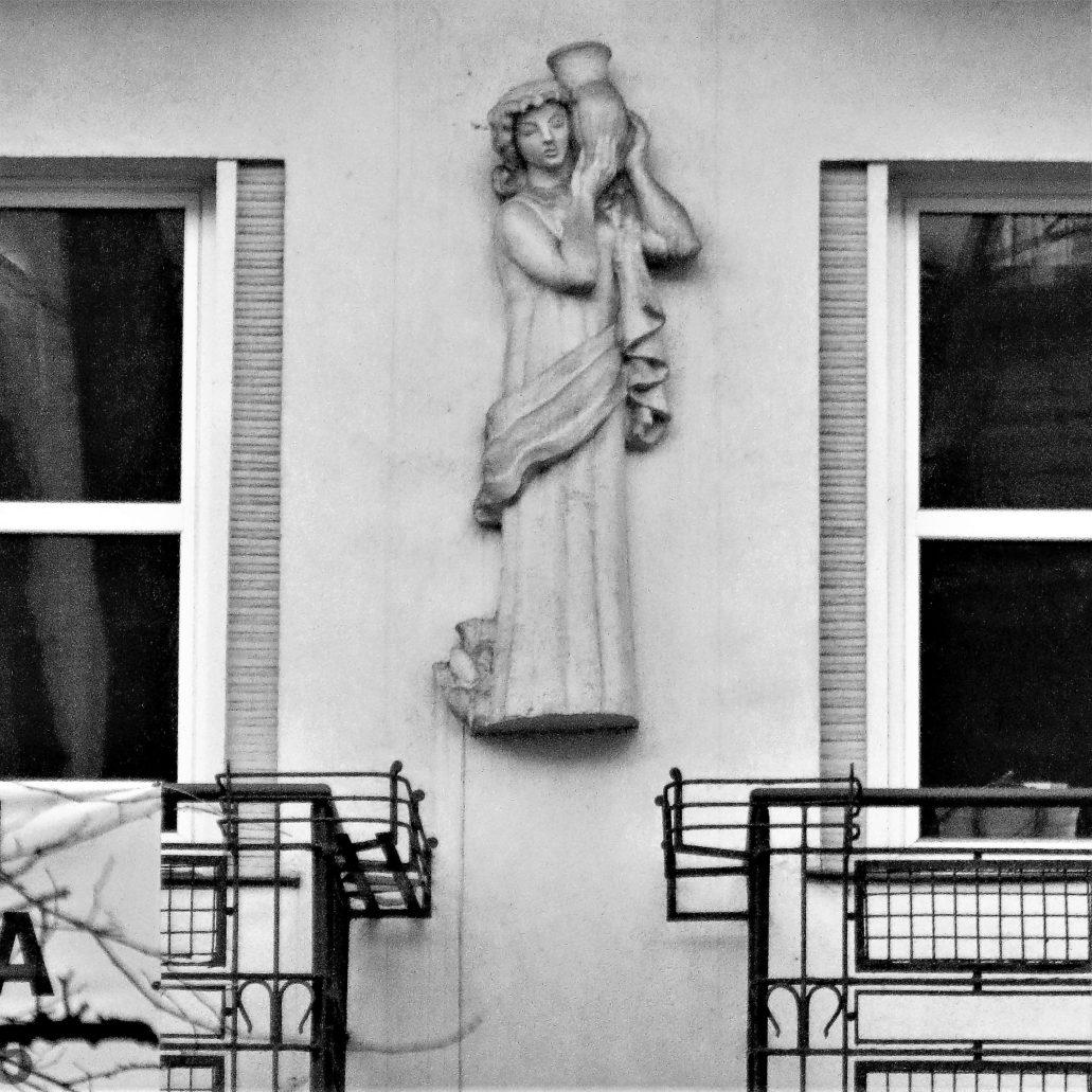 Kraków. Bujwida 2. Godło umieszczone na fasadzie pomiędzy oknami pierwszego piętra kamienicy. Fot. Jerzy S. Majewski