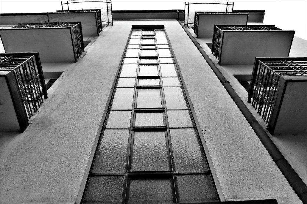 Kraków. Bujwida 3. Okno termometrowe ponad portalem głównego wejścia. Balkony mają formę zdecydowanie dekoracyjną. Fot. Jerzy S. Majewski