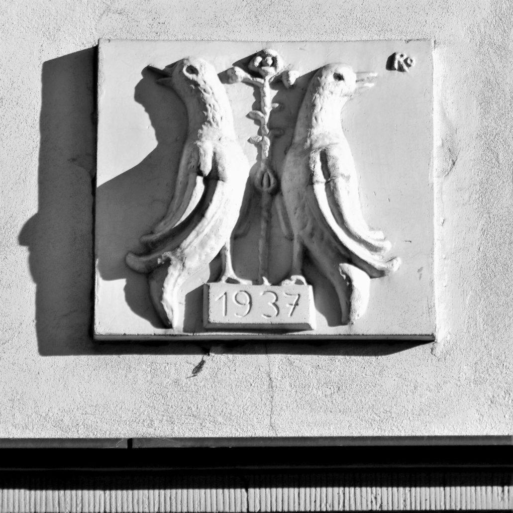 Kraków. Bujwida 8. Ptasie godło nad portalem głównego wejścia do kamienicy. Widnieje na nim sygnatura R.O. Fot. Jerzy S. Majewski
