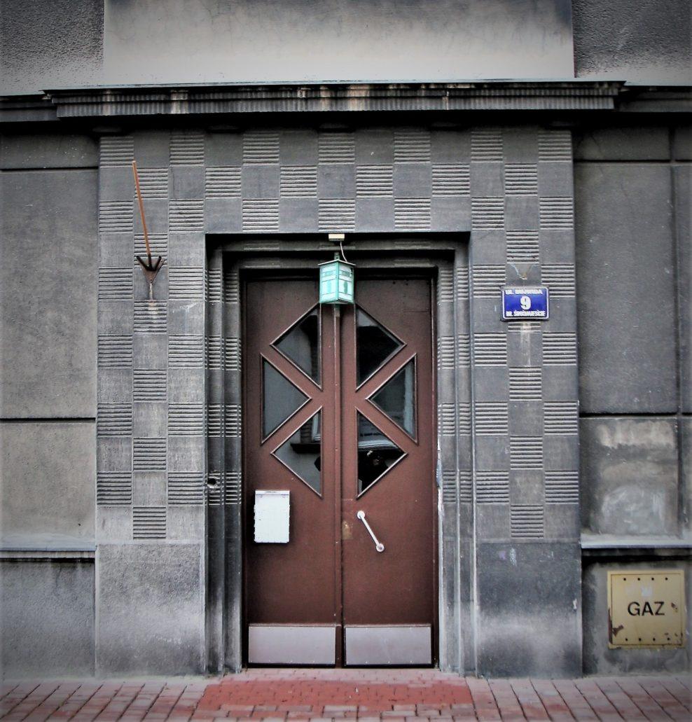 Kraków. Bujwida 9. Solidnie zaprojektowany, klasyczny portal głównego wejścia do kamienicy oraz drzwi utrzymane w stylistyce art deco. Fot. Jerzy S. Majewski