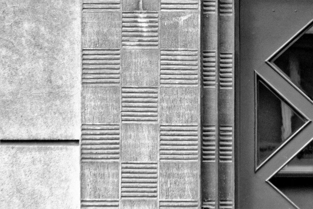Kraków. Bujwida 9. Sposób, w jaki opracowane zostały faktury portalu z tynków szlachetnych, to efektowana, rzeźbiarska gra światła i cienia. Fot. Jerzy S. Majewski