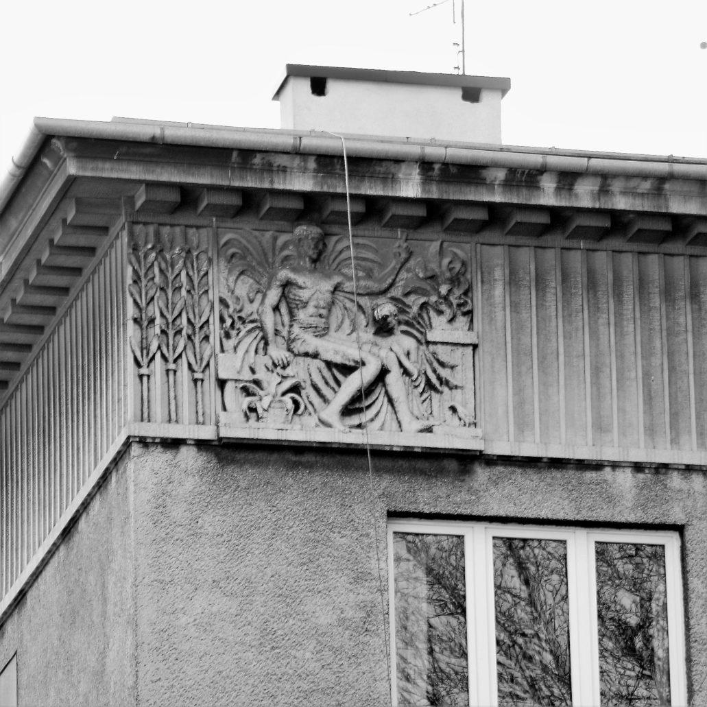 Kraków. Bujwida 9. Jedna z dwóch płaskorzeźb zdobiących fryz w zwieńczeniu fasady. Fot. Jerzy S. Majewski