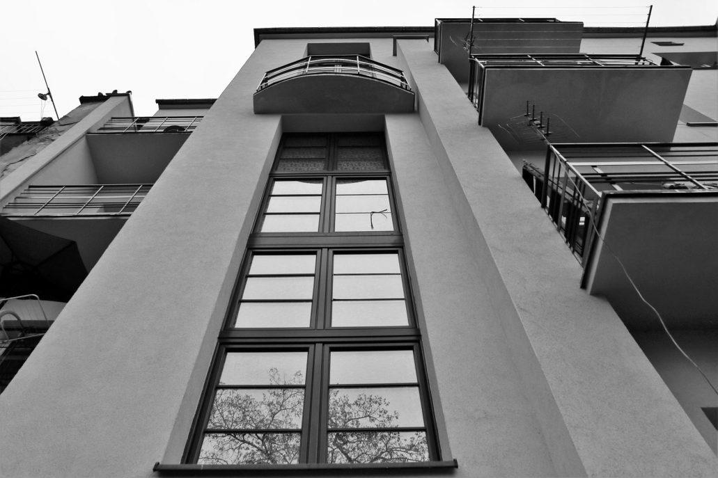 Kraków. Bujwida 9. Termometrowe okno klatki schodowej w tylnej, podwórkowej elewacji kamienicy. Fot. Jerzy S. Majewski