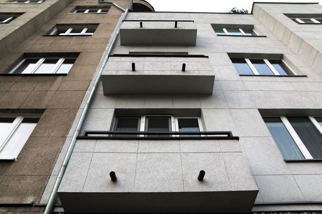 Warszawa. Obecny styk obu części budynku należących do dwóch wspólnot. Po lewej Rozbrat 28/30, z prawej Dmochowskiego 6. Fot. Jerzy S. Majewski