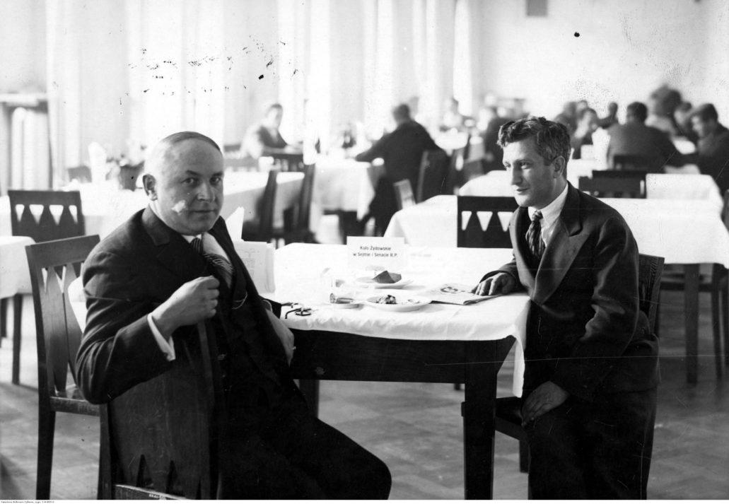 Bernard Singer, po lewej w restauracji sejmowej w 1929 r. Z lewej Leon Reich poseł na sejm i polityk syjonistyczny zmarły we Lwowie kilka tygodni po wykonaniu fotografii. Fot. Narodowe Archiwum Cyfrowe.