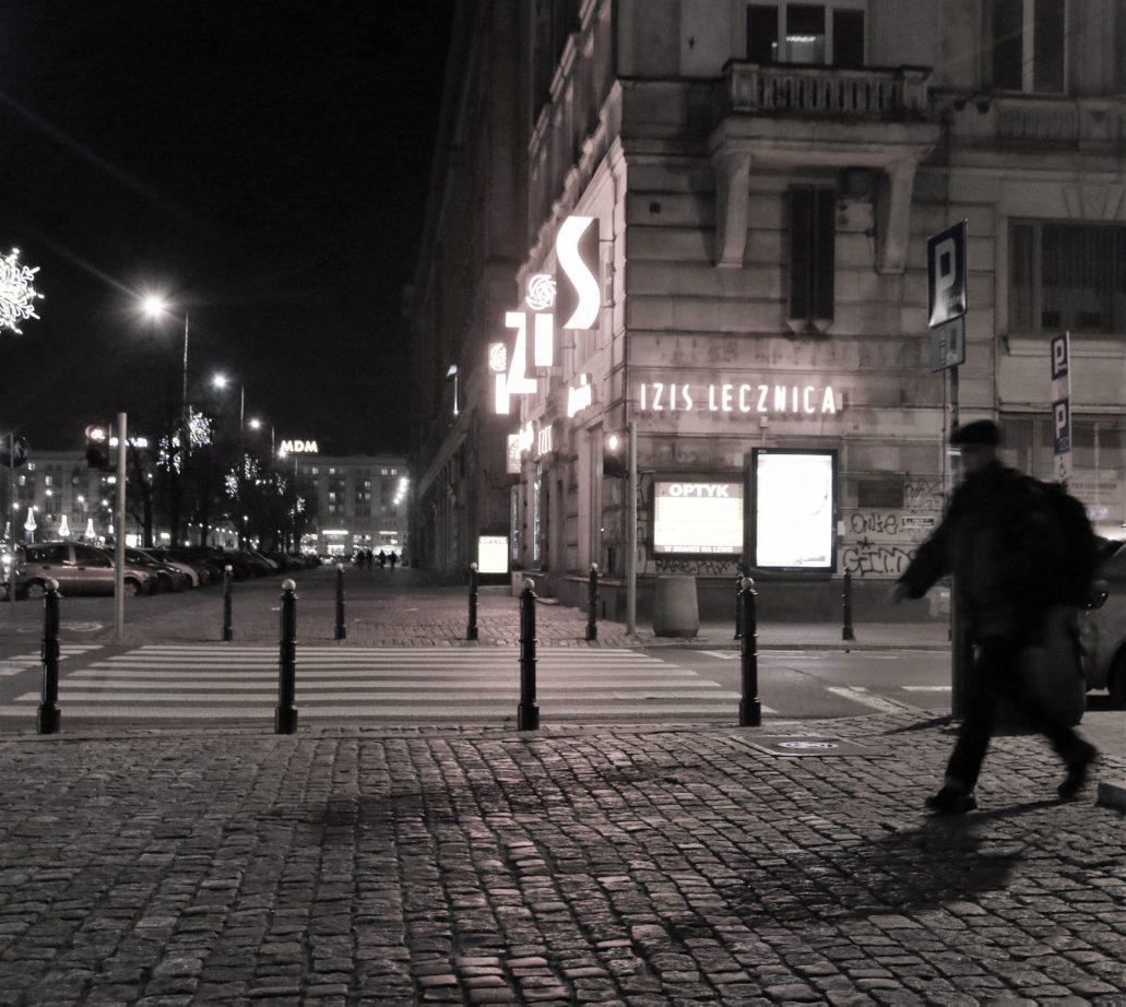 Warszawa. Marszałkowska róg Wilczej. Neon IZIS świecił już w latach 50. XX w. Fot. Jerzy S. Majewski