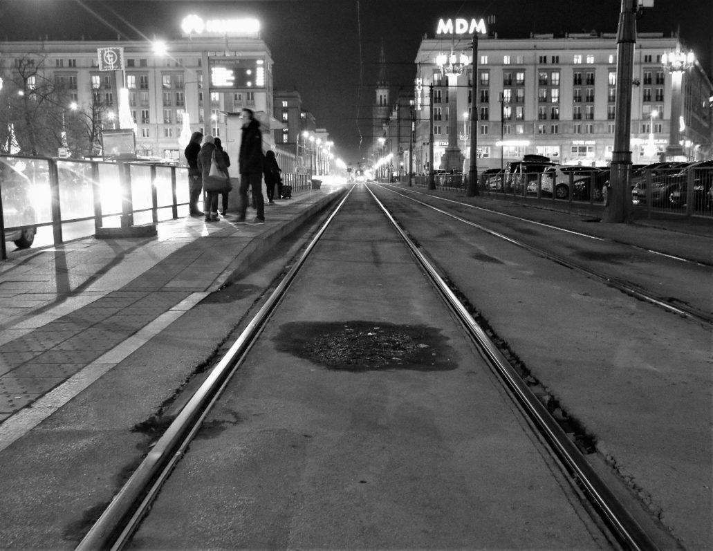 Warszawa. Plac Konstytucji. W tle hotel MDM ze współczesnym neonem. Fot. Jerzy S. Majewski