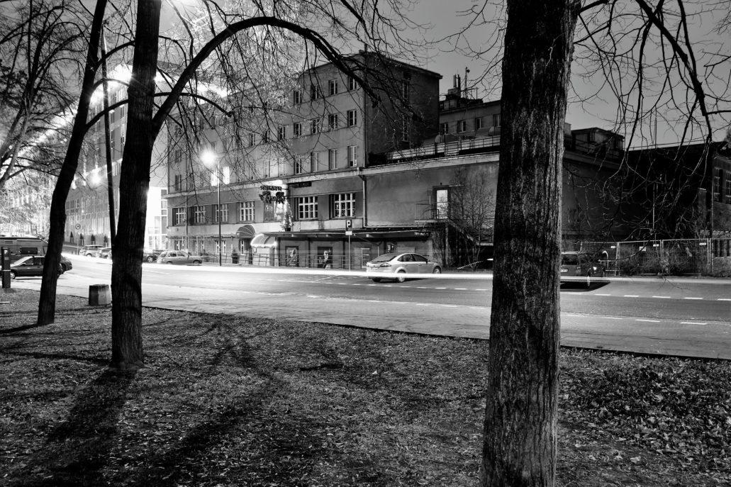 Tonący w mroku gmach YMCA przy Konopnickiej 6. Tutaj w 1954 r. mieszkał Leopold Tyrmand. Fot. Jerzy S. Majewski