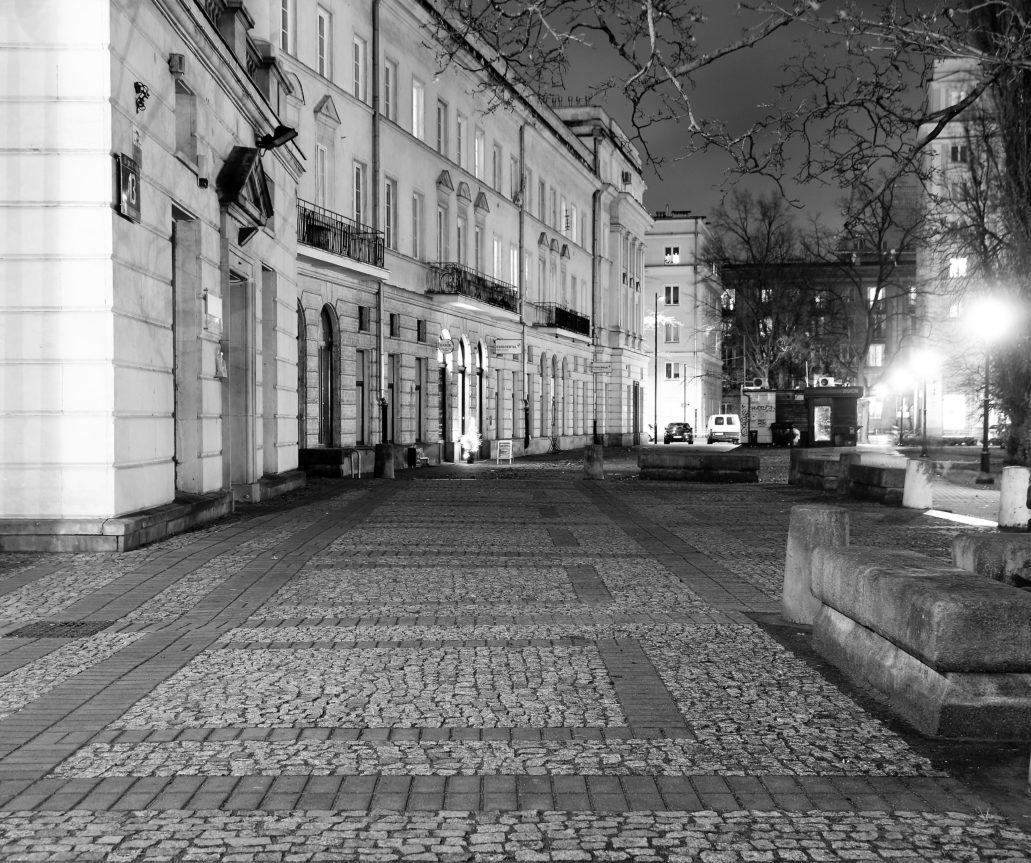 Muranów. Gdzieś tutaj, w innym, nieistniejącym już przedwojennym świecie stłoczone były kamienice i podwórka Nalewek. Fot. Jerzy S. Majewski