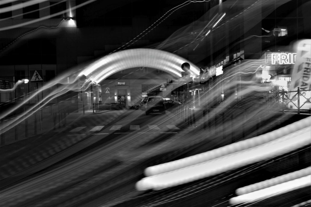 """Mirów. Refleksy światła na Ciepłej. W głębi świetlny łuk bramy pod budynkiem kompleksu """"Atrium"""". Fot. Jerzy S. Majewski"""