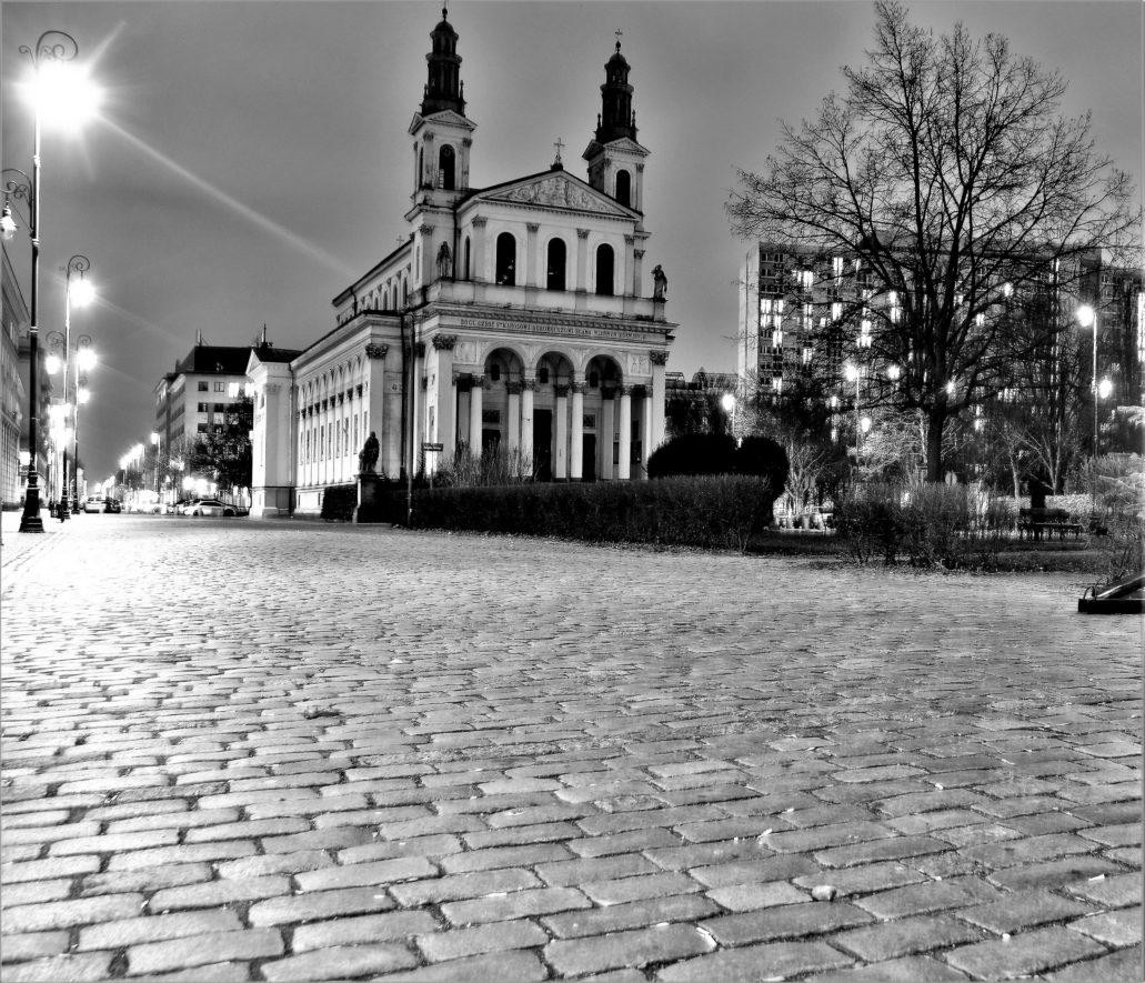 Tonący w mroku kościół św. Andrzeja Apostoła przy Chłodnej na Mirowie. Fot. Jerzy S. Majewski