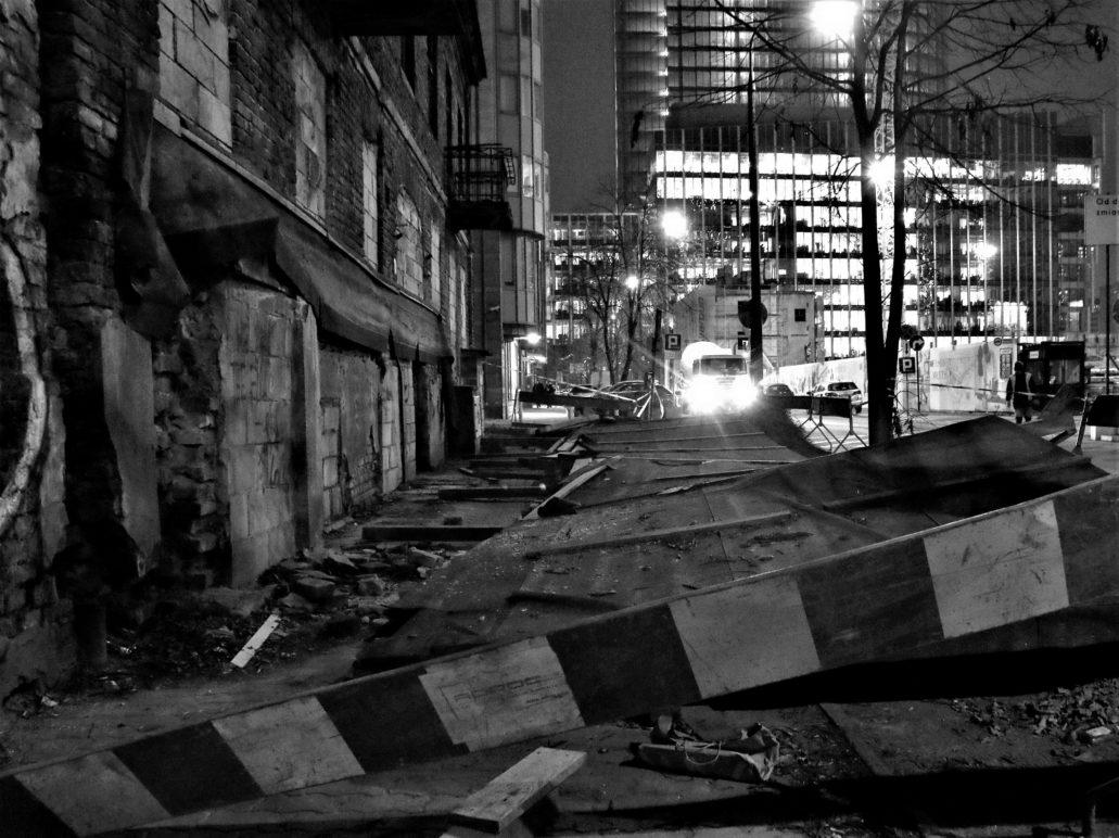 Ulica Łucka. Znikają ostatnie enklawy Dzikiego Zachodu. W głębi zalane światłem nowe biurowce w miejscu rozebranego gmachu mennicy. Fot. Jerzy S. Majewski