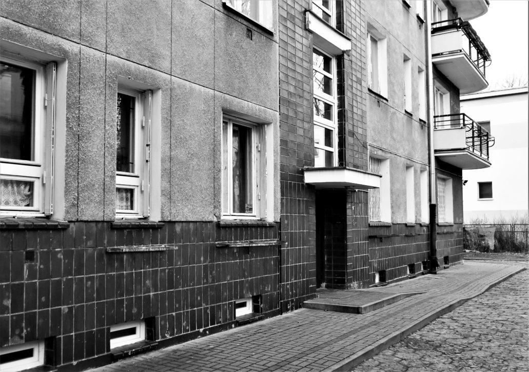 Warszawa. Kielecka 16. Licowana klinkierem partia cokołowa budynku od strony podwórka. Fot. Jerzy S. Majewski