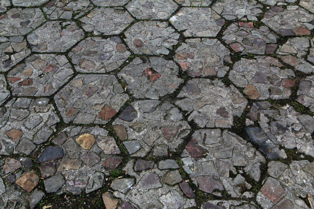 Warszawa. Kielecka 16. Podwórko kamienicy wybrukowane jest oryginalną, chyba jeszcze przedwojenną trylinką wzmocnioną kamiennym kruszywem o dużej frakcji. Trylinkę, czyli sześcioboczne płyty z betonu wynalazł i opatentował w 1933 r. inż. Władysław Tryliński.