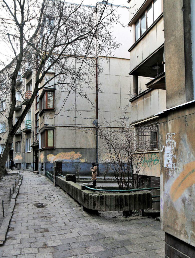 Lwów. Ul. Akademika Pawłowa (dawna Domagaliczów). Ciąg modernistycznych kamienic z widocznym z lewej przejściem pomiędzy domem pod nr 6 (po prawej) a 6A (w głębi od lewej). Na zdjęciu dobrze widać załamanie ulicy. Fot. Jerzy S. Majewski