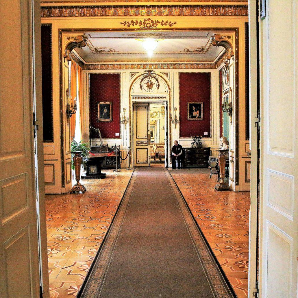 Lwów Kopernika 15. Pałac Potockich. Amfilada sal na wysokim parterze pałacu od strony ogrodu. W perspektywie drzwi do sali balowej Fot. Jerzy S. Majewski