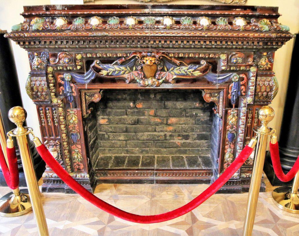 Lwów. Kopernika 15. Pałac Potockich. Ceramiczny kominek na piętrze. Fot. Jerzy S. Majewski