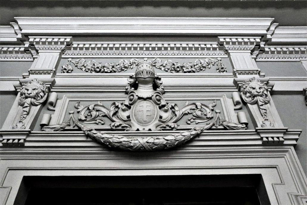 """Lwów. Kopernika 15. Pałac Potockich. Portal w sieni z herbem Potockich """"Pilawa"""". Fot. Jerzy S. Majewski"""