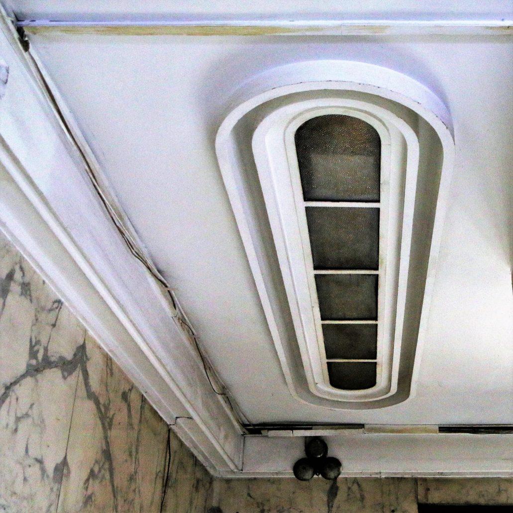 Westybul i dolny podest klatki schodowej oświetlały efektowne plafony z ukrytymi źródłami światła. Musiały wywrzeć duże wrażenie na lwowskich architektach, którzy podobne rozwiązanie chętnie stosowali w kamienicach czynszowych masowo budowanych we Lwowie w drugiej połowie lat 30. XX w. Niestety nigdzie we Lwowie nie widziałem, by działały w sposób, w jaki je zaprojektowano