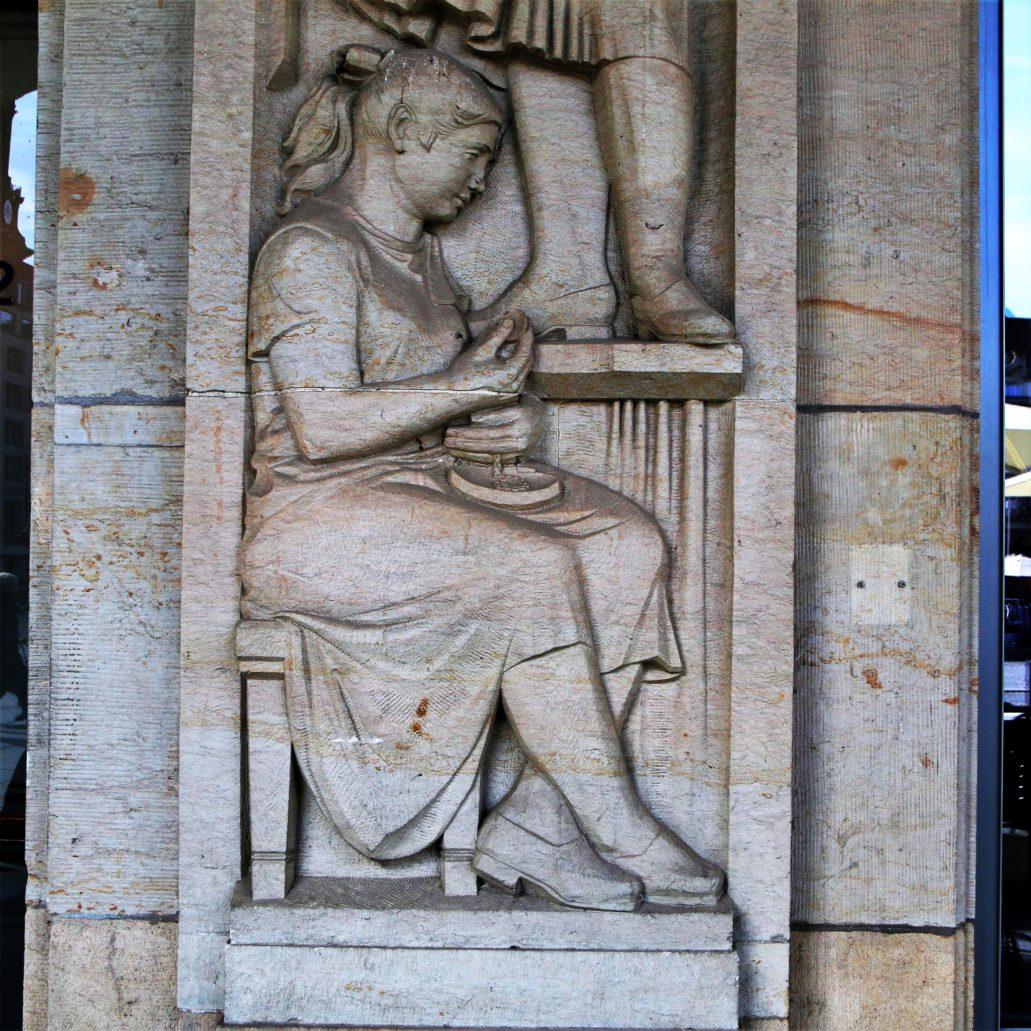 Drezno. Altmarkt. Fragment płaskorzeźby w podcieniu bloku w zachodniej pierzei placu. Fot. Jerzy S. Majewski