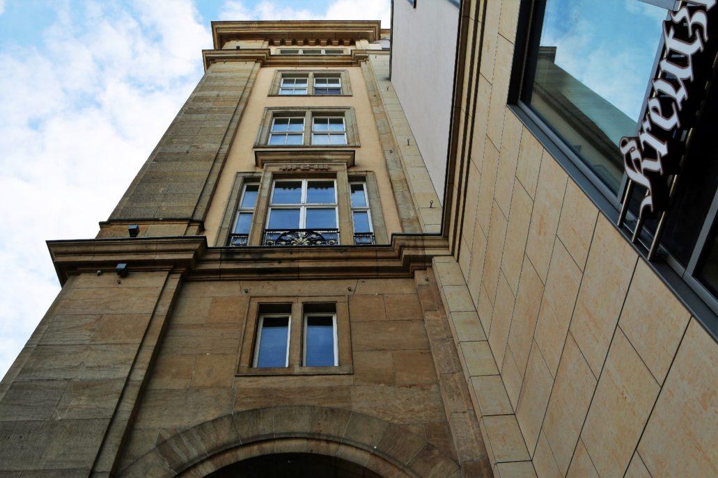 Drezno. Altmarkt. Detal architektoniczny socrealistycznego bloku w zachodniej pierzei placu. Fot. Jerzy S. Majewski