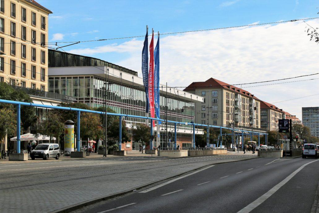 Drezno. Przebudowywana obecnie Wilsdruffer Straße, dawna Ernst-Thälmann-Straße z rzędem masywnych bloków oraz widocznym po lewej stronie, przeszklonym Wilsdruffer Straße. Ponad budynkiem wyrasta dach Sali widowiskowej. Fot. Jerzy S. Majewski