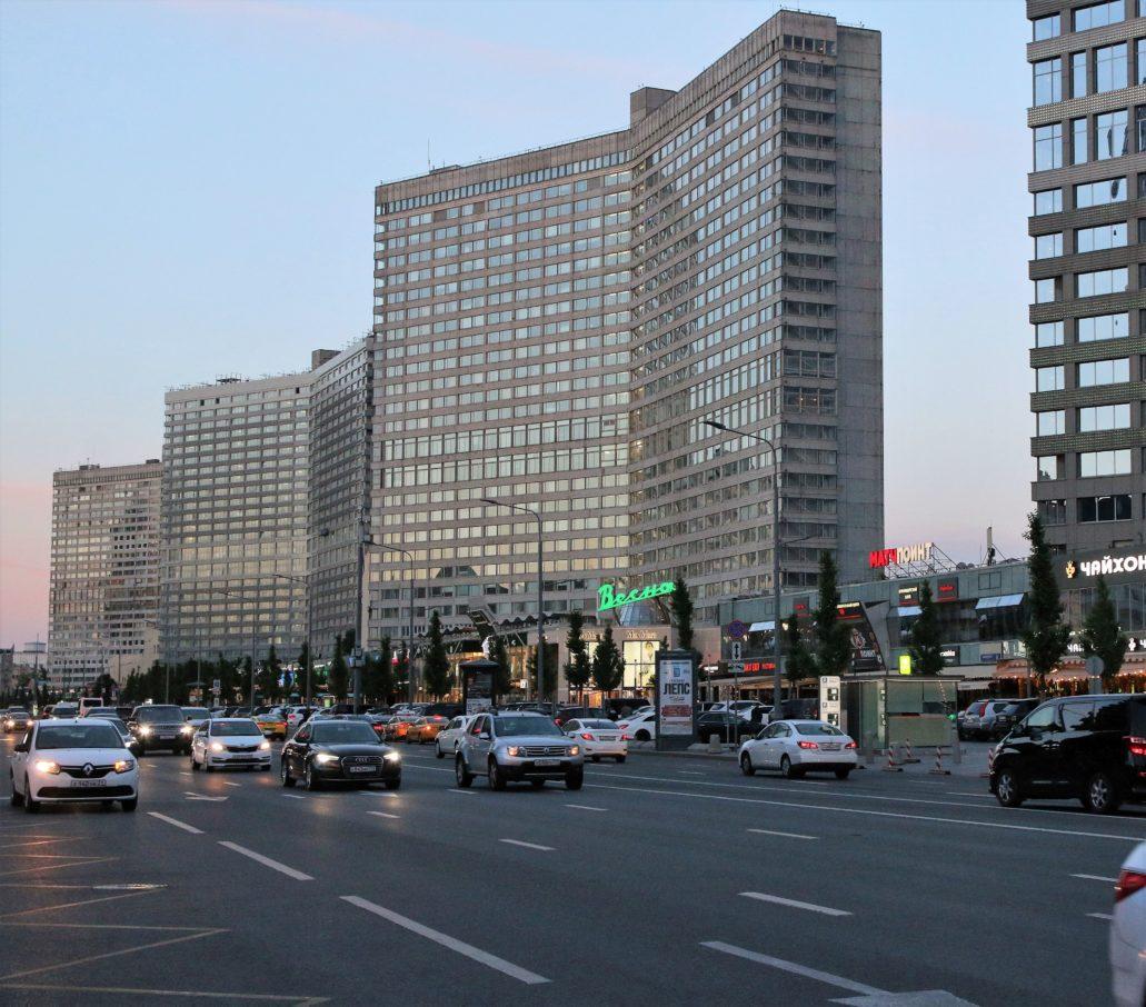 Moskwa. Nowy Arbat, czyli szeroka arteria wytyczona w latach 60. XX w. w miejscu rozebranej, zabytkowej zabudowy i zabudowana rzędami wieżowców. To tego rodzaju zabudową w latach 60. zamierzali się inspirować urbaniści projektująca przyszłą Ernst-Thälmann-Straße. Fot. Jerzy S. Majewski