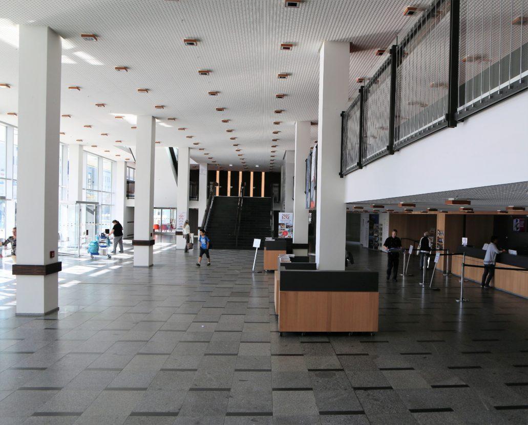 Drezno. Kulturpalast. Wnętrze hallu na parterze z ladą recepcyjną. Fot. Jerzy S. Majewski