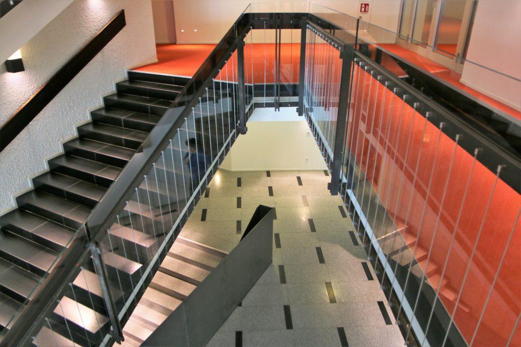 """Drezno. Kulturpalast. Jednym z ciekawszych wnętrz budynku jest """"graficznie"""" zaprojektowana klatka schodowa o delikatnych, przestrzennych balustradach. W trakcie prac renowacyjnych, zgodnie z obowiązującymi obecnie przepisami, wysokość balustrad została podwyższona za pomocą prawie niewidocznych, eterycznych tafli ze szkła. Fot. Jerzy S. Majewski"""