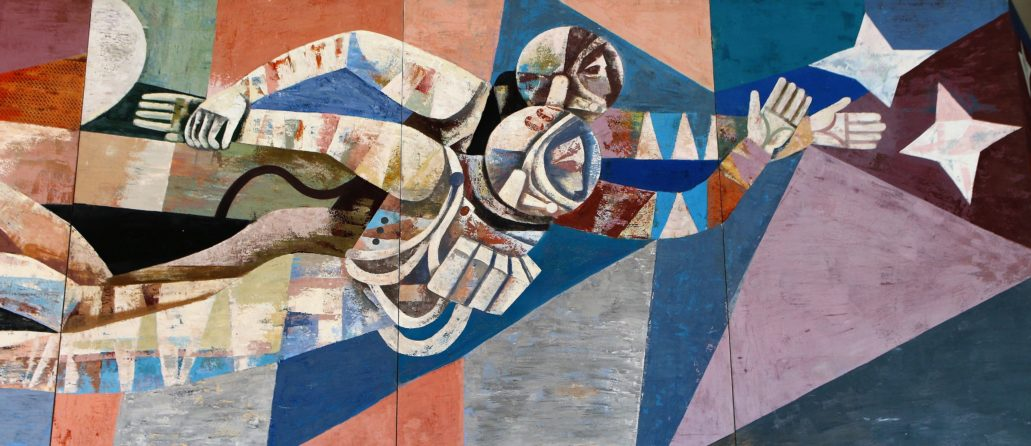 """Drezno. Kulturpalast. Fragment fryzu """"Nasze socjalistyczne życie"""", autorstwa Heinza Drache i Waltera Rehna z wyobrażeniem kosmonautów w otwartej przestrzeni kosmicznej. W roku 1965, na cztery lata przed otwarciem Kulturpalast, radziecki kosmonauta Alieksiej Leonow odbył pierwszy w dziejach spacer w otwartej przestrzeni kosmicznej. Do statku """"Woschod 2"""" przywiązany był liną. Bez wątpienia ten fragment przedstawienia miał ukazywać przewagę nauki i techniki w krajach bloku radzieckiego nad Zachodem. Fot. Jerzy S. Majewski"""