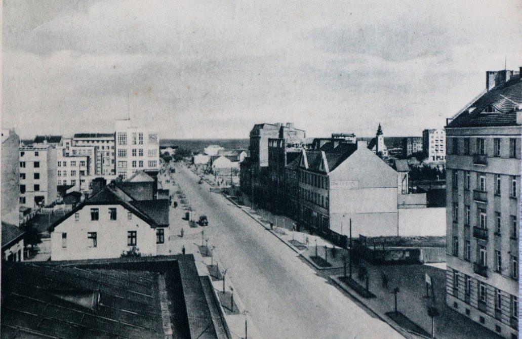 Gdynia. Ulica 10 lutego w końcu lat 20. XX w. Na ledwie migoczącym w głębi zdjęcia narożniku 10 Lutego i Abrahama nie ma jeszcze kamienic z poprzedniego zdjęcia. Fot. ze zbioru autora