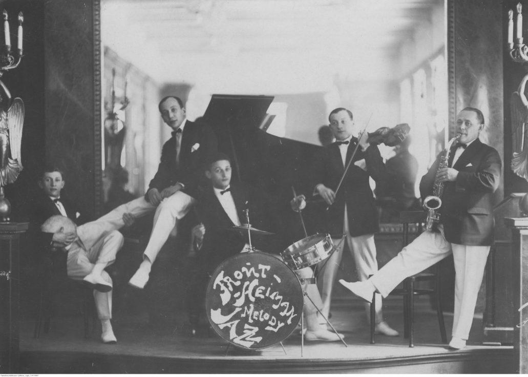"""Takie orkiestry grały w latach międzywojennych w lokalach dancingów """"lepszej"""" Polski od Gdyni po Zaleszczyki. Fot. Narodowe Archiwum Cyfrowe"""