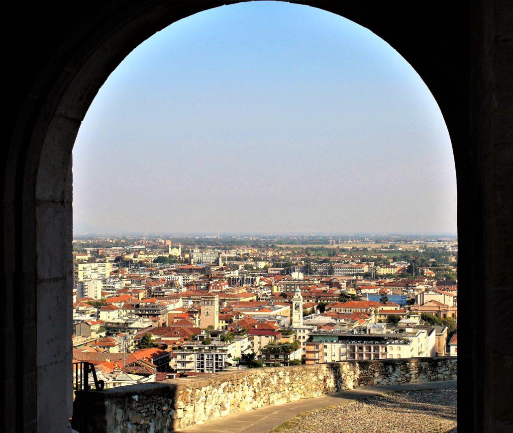 Widok na Bergamo Bassa z bramy San Giacomo, powstałej w 1592 r. i będącej najpiękniejszą z bram w weneckich murach miasta. Fot. Jerzy S. Majewski