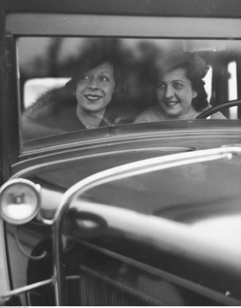 Janina Romanówna (z lewej) i Jadwiga Smosarska pozują w samochodzie. Fot. Narodowe Archiwum Cyfrowe