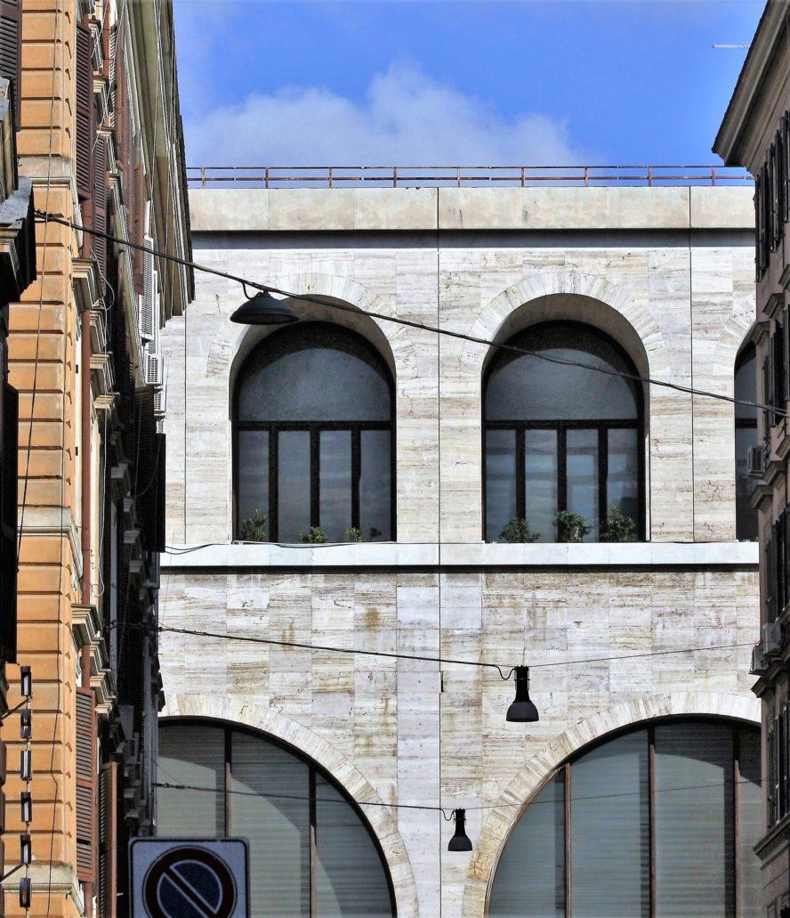 Rzym. Dworzec Termini. Fragment bocznego skrzydła dworca inspirowanego architekturą rzymskiego akweduktu, zaprojektowanego przed 1939 r. przez Angiolo Mazzoniego. Fot. Jerzy S. Majewski