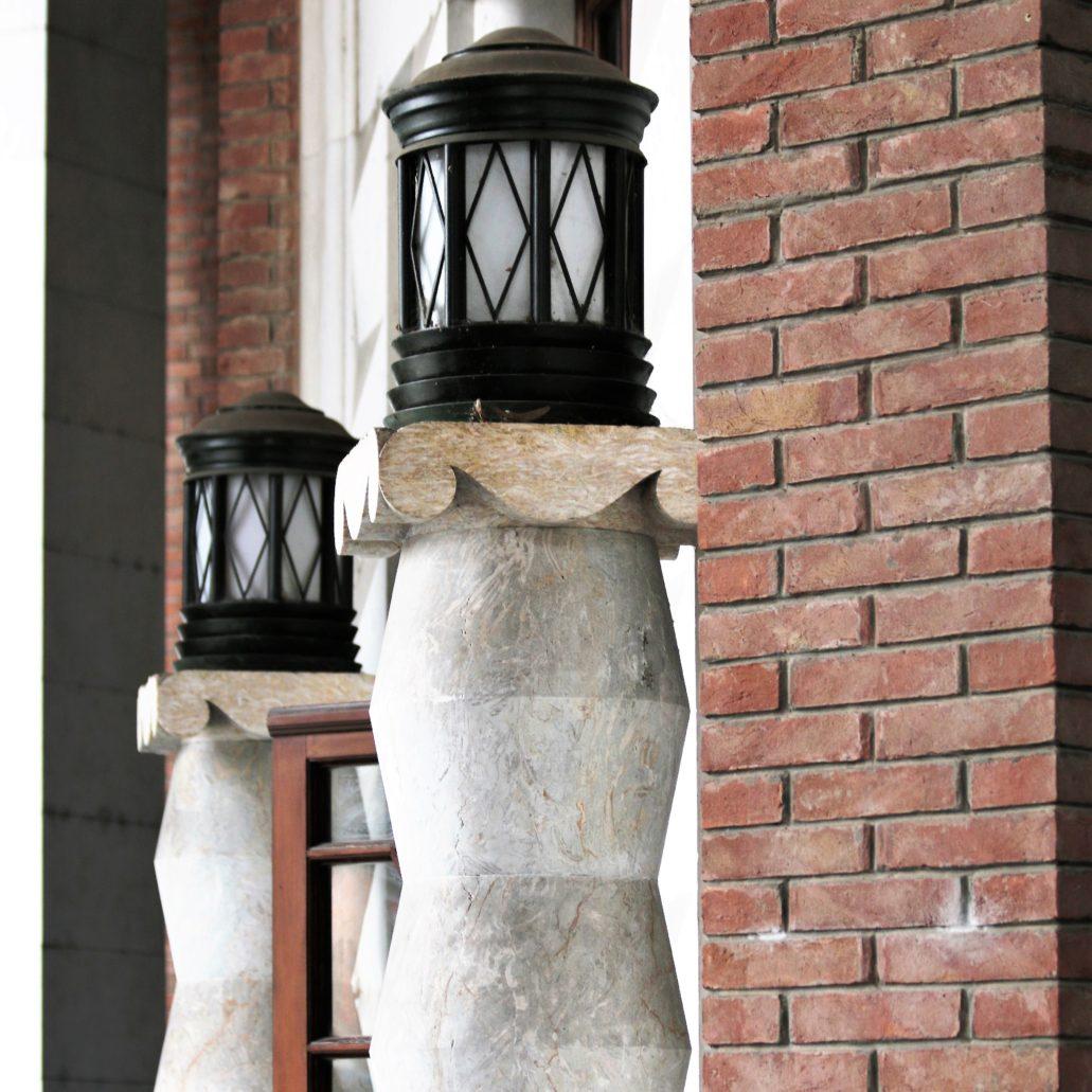 Ferrara. Palazzo delle Poste. Latarnie na kryształkowych kolumnach ujmujących portal głównego wejścia. Fot. Jerzy S. Majewski